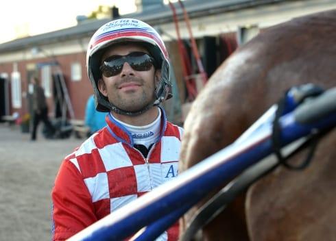 """16 segrar senaste tre veckorna. Claes Sjöström är en av landets hetaste kuskar. På måndagen kör han fem hästar inom V75-spelet på Bergsåker. - Jag tycker inte att någon känns chanslös, men alla behöver klaff för att vinna, säger formkusken. Tillbakalutad i sin jänkarvagn. Så har Claes Sjöström vunnit mängder av lopp senaste veckorna. Under måndagens V75-omgång svingar han sig upp bakom fem hästar och den egna """"biken"""" av modell Ghost finns med i transporten. - Den är med, annars har Hanna (Olofsson, flickvän) en likadan. Det känns som att jag inte kan köra utan den längre. Tycker du att det har stor effekt på hästarna? - Ja, jag måste säga att jag blivit mer och mer positiv till jänkarvagn. Hästarna går väldigt bra i den, framförallt de som får gå på i ledningen i hårt, jämnt tempo. Då är det klar skillnad. Ju bättre det går, desto mer använder jag den. Det betyder inte att Sjöström kommer att spänna på """"biken"""" i alla fem lopp på måndag, eller? - Nej, det passar inte alla hästar och inte med alla förutsättningar. Den som skulle kunna få testa för första gången är 2 Last Robin Hood (V75-1), men det troliga är att vi sparar den växeln till ett annat lopp, säger Sjöström och informerar om sina V75-hästar: - Last Robin Hood har inlett karriären jättebra och gjort fina lopp i princip varje gång. Han öppnade väldigt fint bakom bilen näst senast, men var inte lika rapp senast då jag direkt kände att vi inte skulle komma förbi den invändigt. Han hade varit ifrån lite inför det loppet och som det känns i jobben ska han vara lite vassare nu. Jag har väldigt svårt att bedöma motståndarna, men hoppas att han ska kunna hävda sig och ledningen vore en intressant position om vi kan komma dit. Vad gäller jänkarvagnen så avgör jag det under tävlingsdagen, det kanske inte är rätt lopp att testa även om jag tror att han skulle passa i den. """"Skulle kunna bli aktuellt..."""" - 10 Happy Hayley (V75-2) har gjort det bra i stort sett varje start, förutom en gång då hon var sjuk. Men jag har nä"""