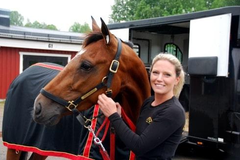 Travtränaren Sofia Aronsson och hennes hästar hade änglavakt