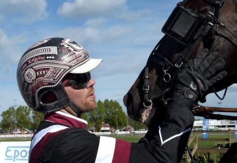Adrian Kolgjini har två hästar till start
