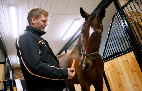 Fredrik Wallin kopplar av i stallet med Activated